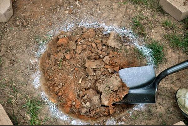 Digging-DIY-Fire-Pit